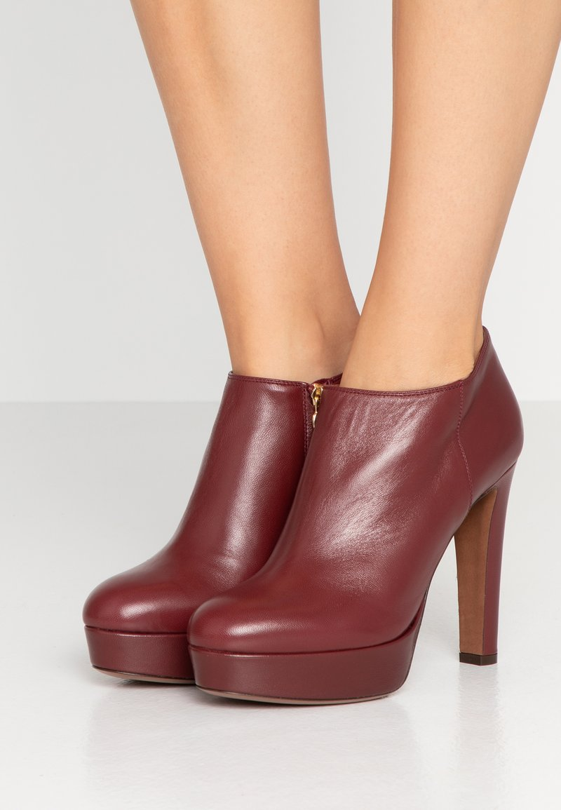 L'Autre Chose - High heeled ankle boots - burgundy