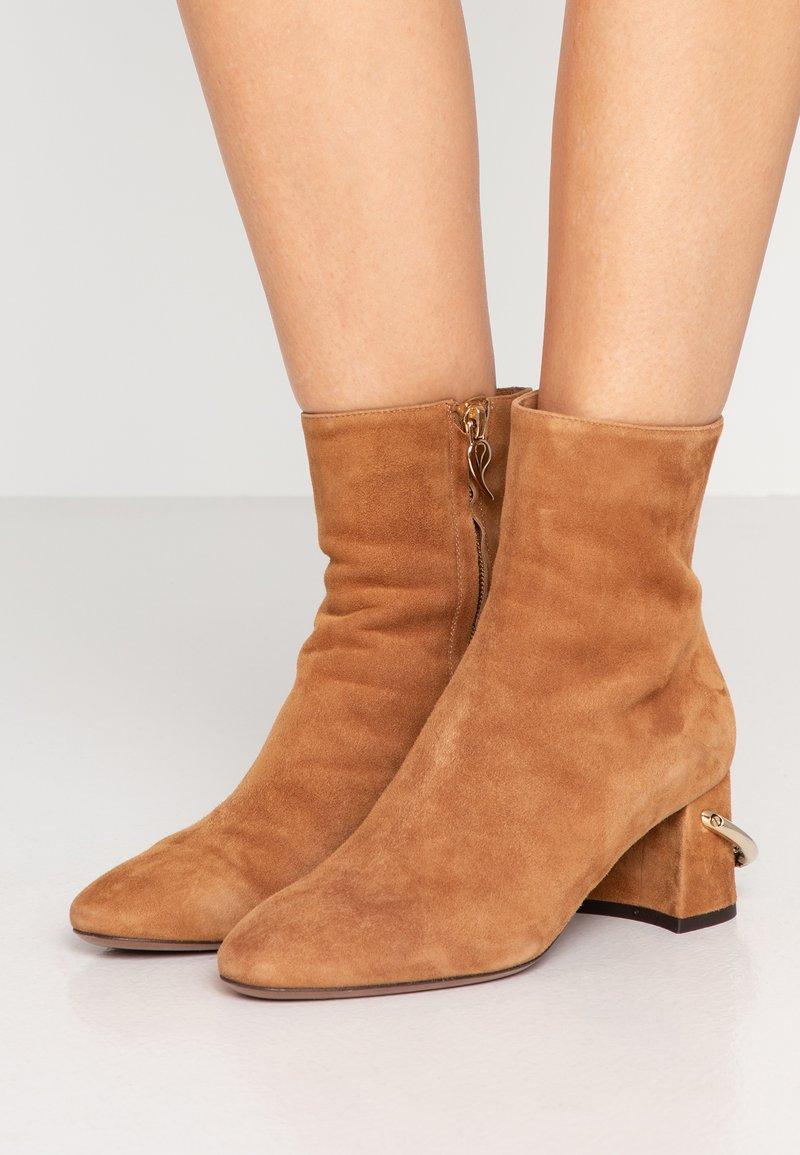 L'Autre Chose - Classic ankle boots - cigar