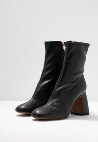 L'Autre Chose - Højhælede støvletter - black - 4