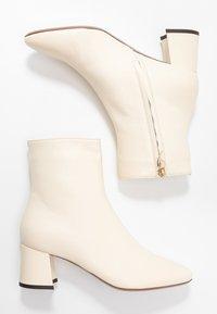 L'Autre Chose - Classic ankle boots - milk - 3