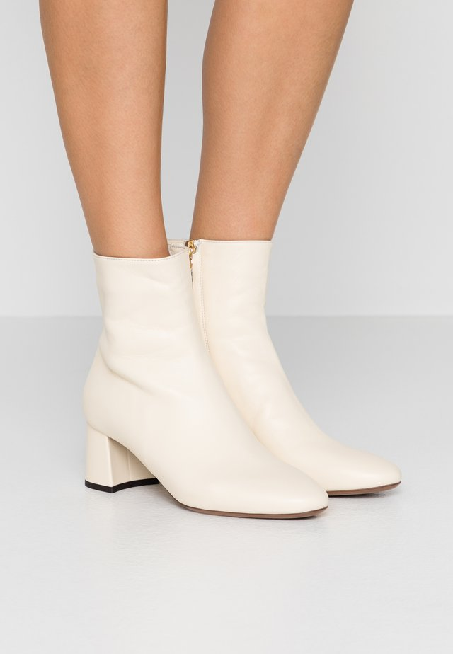 Classic ankle boots - milk