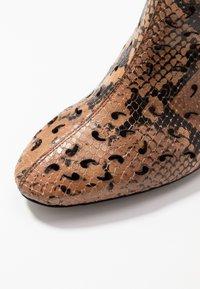 L'Autre Chose - NO ZIP - Classic ankle boots - cigar - 2