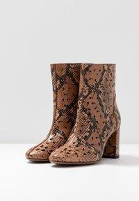 L'Autre Chose - NO ZIP - Classic ankle boots - cigar - 4