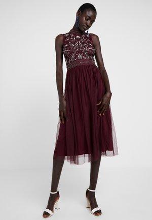 KUSHI - Koktejlové šaty/ šaty na párty - burgundy
