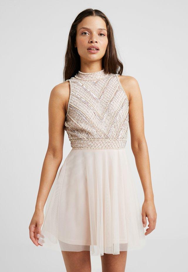 SUELLEN DRESS - Koktejlové šaty/ šaty na párty - nude