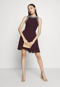 Lace & Beads Petite - DUNYA SKATER PETITE - Vestido de cóctel - burgundy - 2