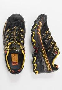 La Sportiva - ULTRA RAPTOR - Trail hardloopschoenen - black/yellow - 1