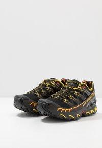 La Sportiva - ULTRA RAPTOR - Trail hardloopschoenen - black/yellow - 2
