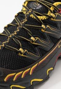 La Sportiva - ULTRA RAPTOR - Trail hardloopschoenen - black/yellow - 5