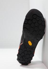 La Sportiva - TX4 GTX - Buty wspinaczkowe - carbon/flame - 4