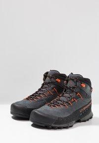 La Sportiva - TX4 MID GTX - Obuwie hikingowe - carbon/flame - 2