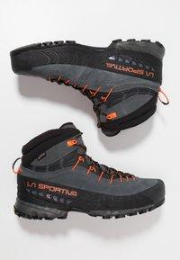 La Sportiva - TX4 MID GTX - Obuwie hikingowe - carbon/flame - 1