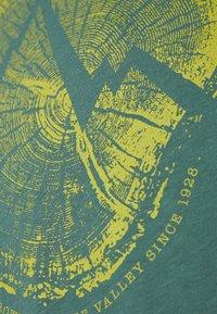 La Sportiva - CROSS SECTION - Print T-shirt - pine - 2