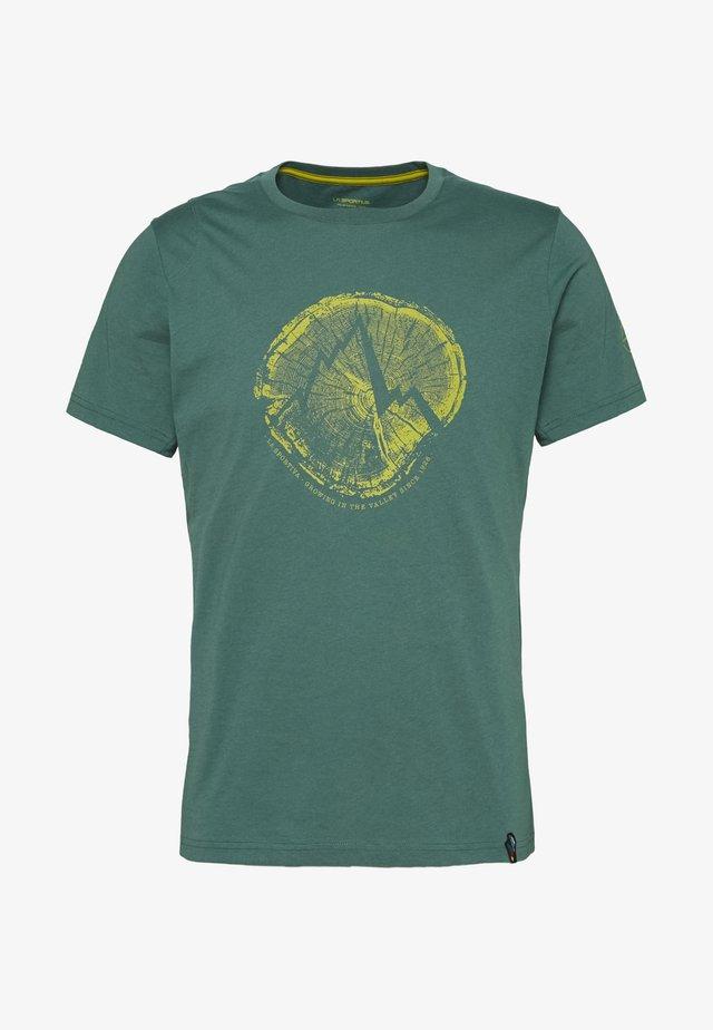 CROSS SECTION - Print T-shirt - pine