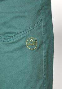 La Sportiva - FLATANGER SHORT  - Sports shorts - pine/kiwi - 6