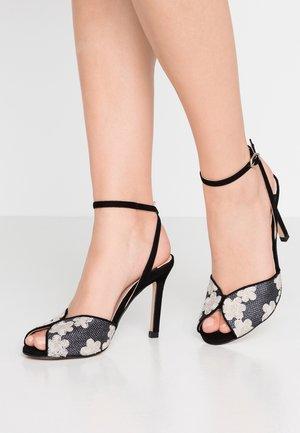 Sandály na vysokém podpatku - rafia