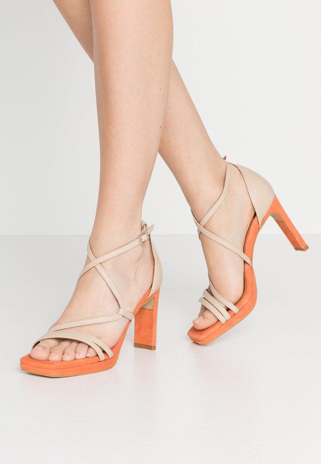 Sandały na obcasie - skin/orange