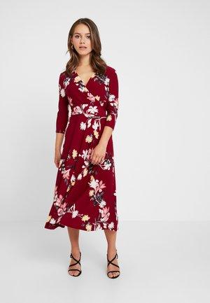 CARLYNA 3/4 SLEEVE DAY DRESS - Jerseyklänning - vibrant garnet/pink/multi