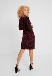 Lauren Ralph Lauren Petite - VICTORINA 3/4 SLEEVE DAY DRESS - Robe fourreau - black/scarlet red - 3