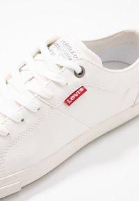 Levi's® - WOODS  - Tenisky - brilliant white - 2
