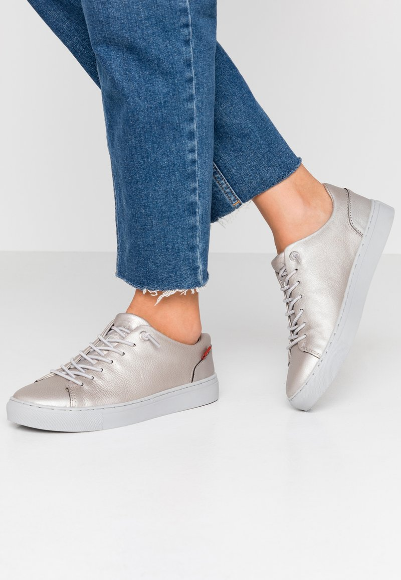 Levi's® - VERNON - Sneaker low - silver old look