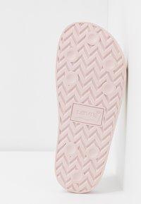 Levi's® - JUNE  - Sandały kąpielowe - light pink - 6