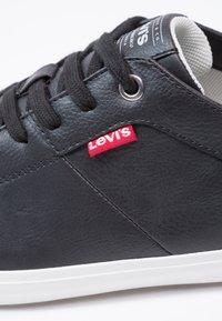 Levi's® - WOODS - Baskets basses - regular black - 5