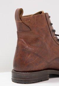 Levi's® - EMERSON - Botki sznurowane - medium brown - 5