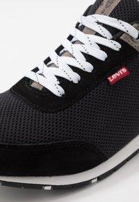 Levi's® - ALMAYER  - Sneakersy niskie - regular black - 5