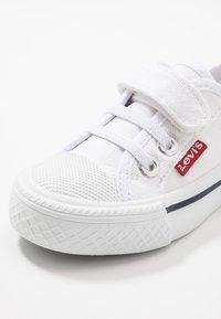 Levi's® - MAUI - Matalavartiset tennarit - white - 2