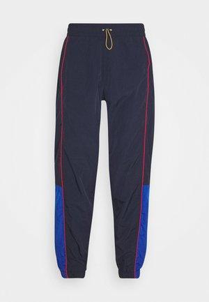 LEVI'S® X PEANUTS MILES TRACK PANT UNISEX - Pantalones deportivos - black/blue