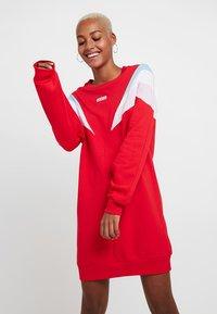 Levi's® - FLORENCE CREW DRESS - Kjole - baby tab dress brilliant red - 0
