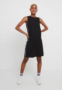 Levi's® - LOGO TAPE DRESS - Robe en jersey - meteorite - 0