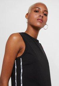 Levi's® - LOGO TAPE DRESS - Robe en jersey - meteorite - 3