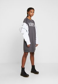 Levi's® - CREW DRESS - Vapaa-ajan mekko - forged iron
