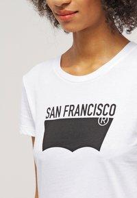 Levi's® - THE PERFECT - T-shirt imprimé - white - 4