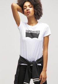 Levi's® - THE PERFECT - T-shirt imprimé - white - 3