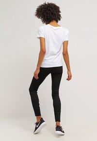 Levi's® - THE PERFECT - T-shirt imprimé - white - 2