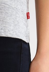 Levi's® - THE PERFECT - T-shirt z nadrukiem - grey - 4