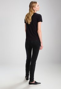 Levi's® - THE PERFECT - T-shirt z nadrukiem - black - 2