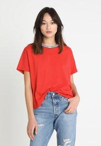 Levi's® - VARSITY TEE - Camiseta estampada - lychee red - 0