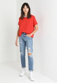 Levi's® - VARSITY TEE - Camiseta estampada - lychee red - 1