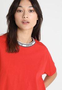 Levi's® - VARSITY TEE - Camiseta estampada - lychee red - 3