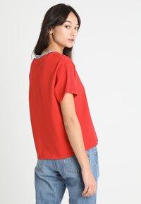 Levi's® - VARSITY TEE - Camiseta estampada - lychee red - 2