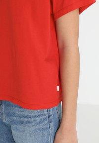 Levi's® - VARSITY TEE - Camiseta estampada - lychee red - 5