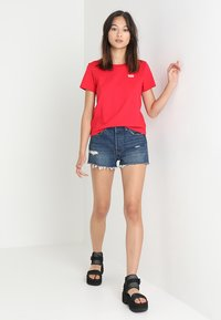 Levi's® - 501 GRAPHIC SURF TEE - T-shirts med print - lychee - 1