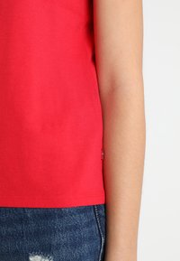 Levi's® - 501 GRAPHIC SURF TEE - T-shirts med print - lychee - 5