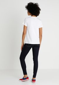 Levi's® - LEVI'S® X PEANUTS THE PERFECT TEE - Triko s potiskem - white - 2