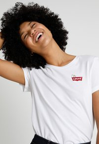Levi's® - LEVI'S® X PEANUTS THE PERFECT TEE - Triko s potiskem - white - 0
