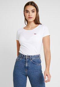 Levi's® - TEE 2 PACK - T-shirt - bas - white/smokestack heather - 3